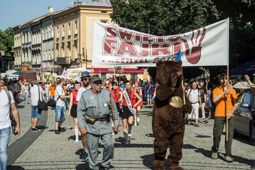 Prezydenci ikról wKorowodzie